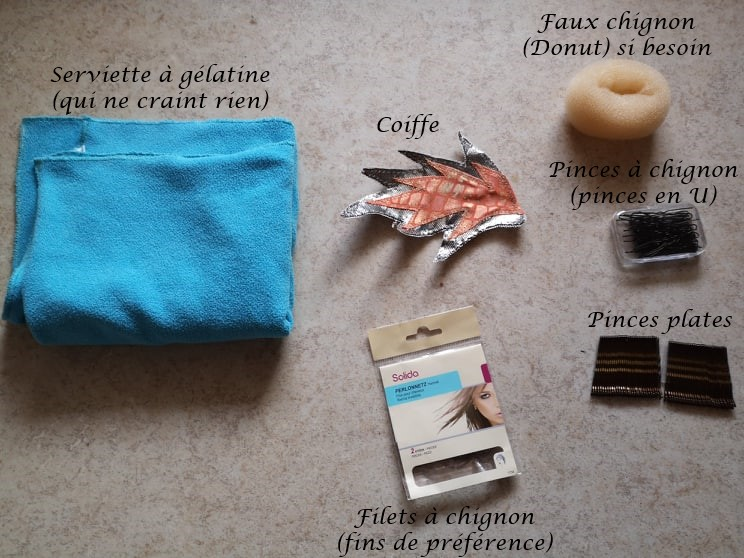 Matériel nécessaire : une serviette à gélatine, la coiffe, un faux chignon, des pinces à chignon (en U) et pinces plates, un filet à chignon