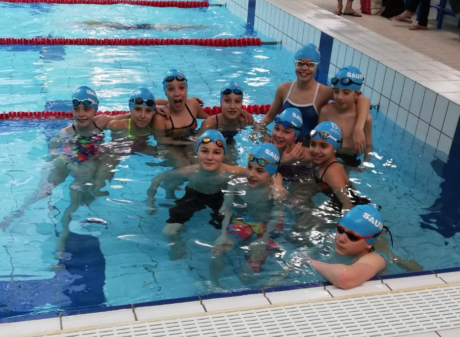 groupe de nageurs dans l'eau